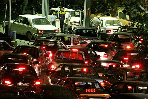 سهمیه بندی یا افزایش قیمت بنزین؛ دولت برای جبران کسری بودجه چه راهکاری دارد؟